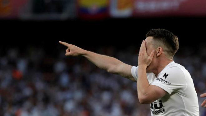 Gameiro celebra el primer gol al Barcelona en la final de Copa.