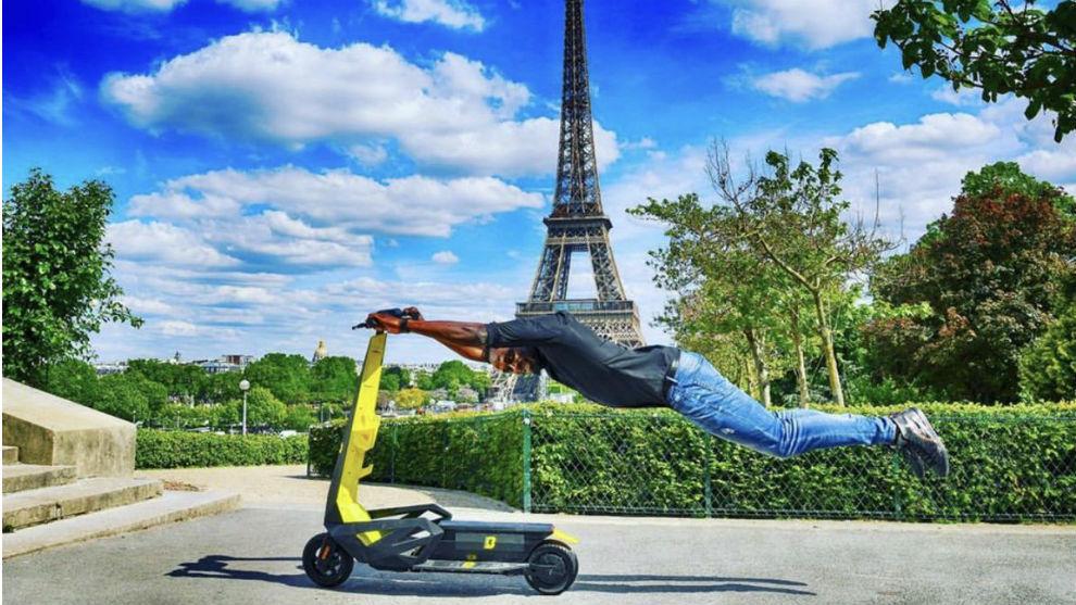 Usain Bolt, con el patinete, con la Torre Eiffel de fondo
