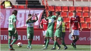 Los jugadores del Nástic celebran el primer gol.