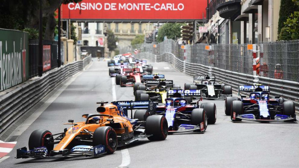 Carlos Sainz, delante de los Toro Rosso.