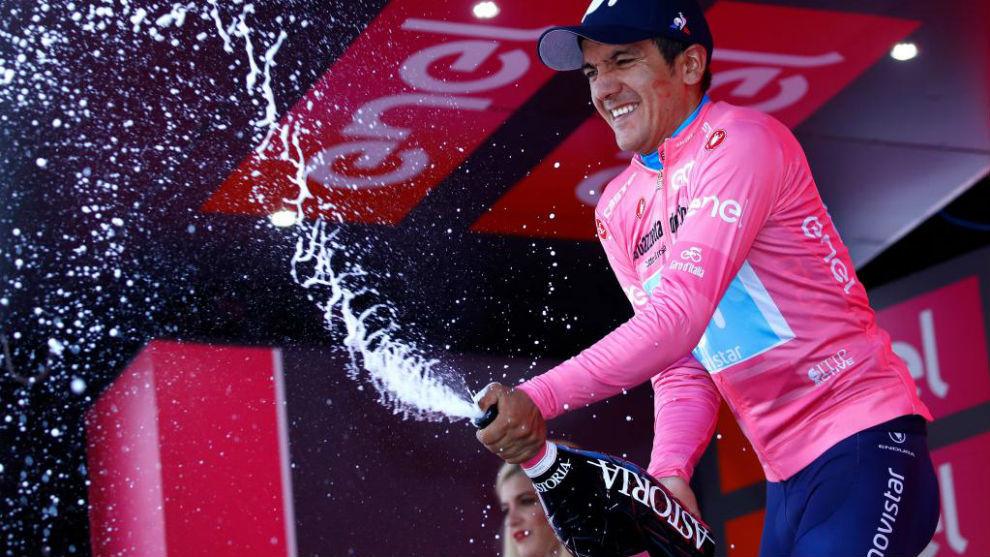 Carapaz celebrando su liderato en el podio.
