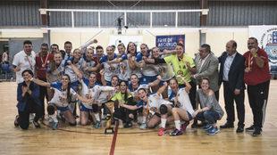 La plantilla del Balonmano Salud Tenerife celebra el ascenso /