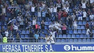 Suso Santana celebra con la afición su gol de penalti al Oviedo