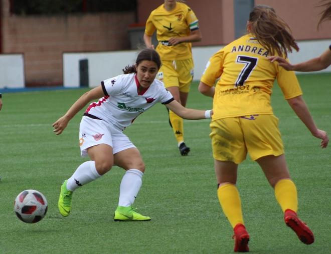 Lorena Navarro recibe un balón durante el pasado partido ante el...