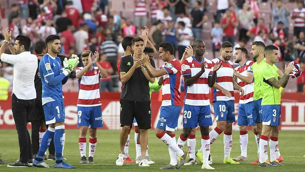 Los jugadores del Granada no podían ocultar su decepción al final...