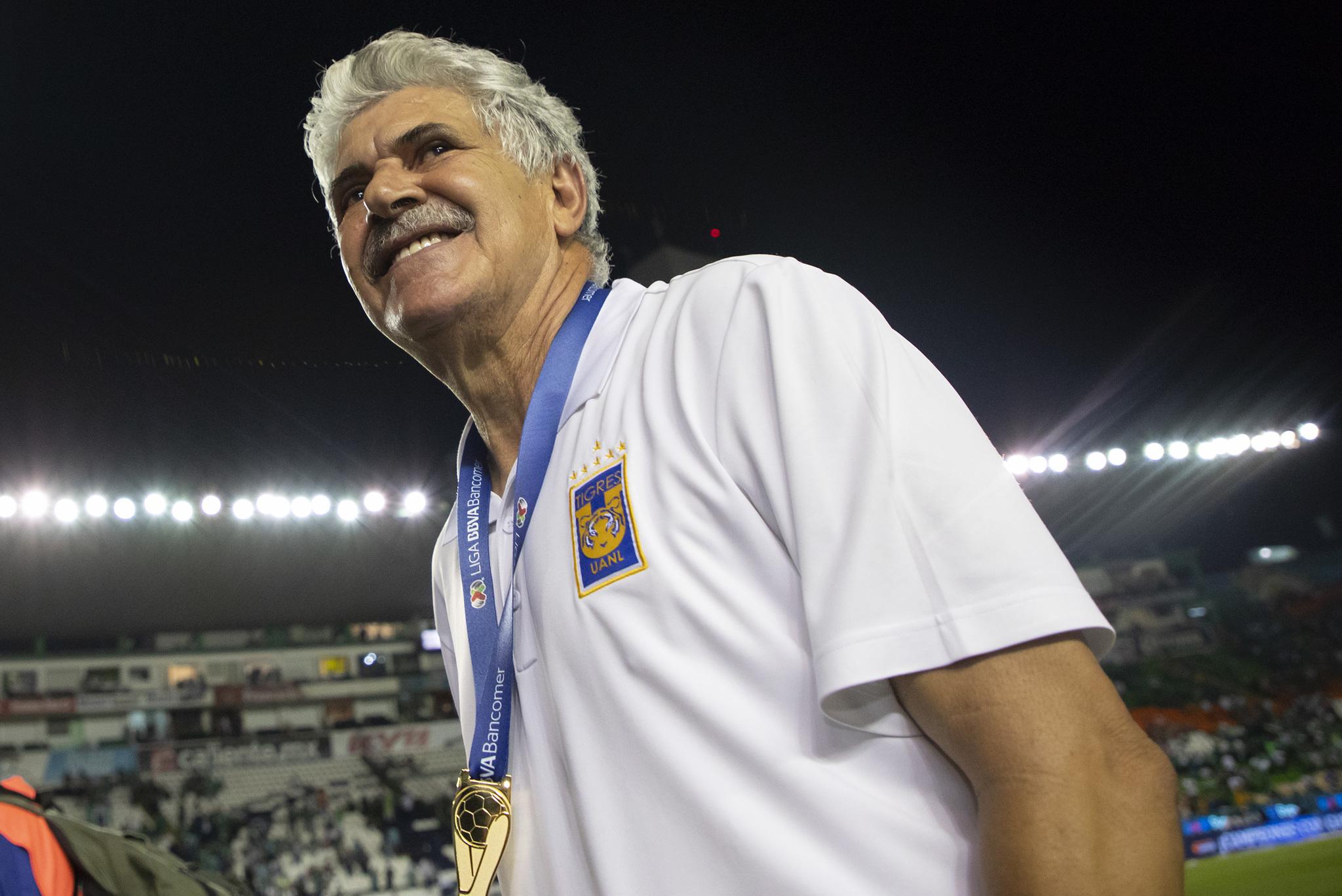 Tuca Ferretti con su medalla de campeón del Clausura 2019.