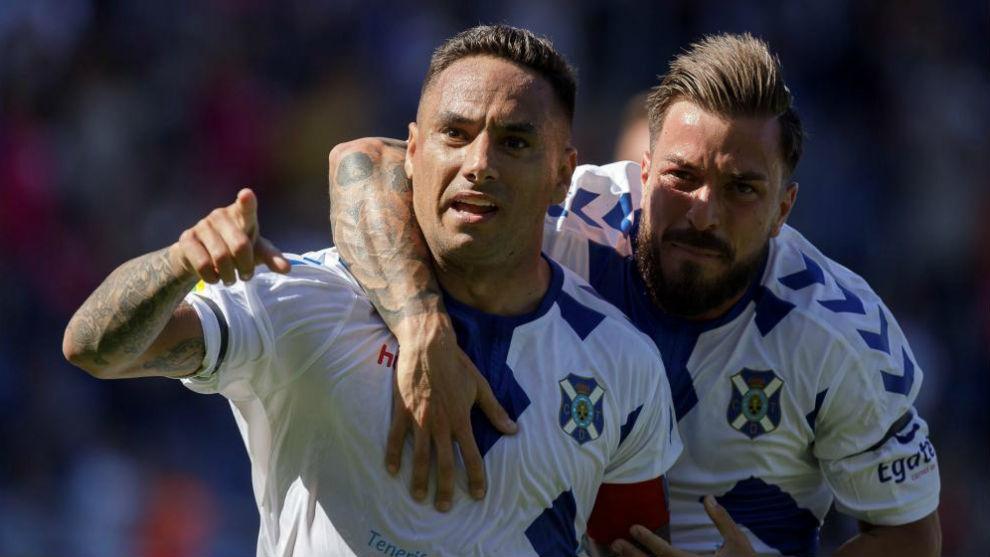 Suso Santana y Héctor celebran el primer gol del Tenerife ante el...