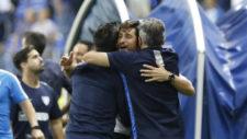 Víctor Sánchez del Amo, se abraza con su cuerpo técnico tras ganar...