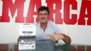 Kempes (64), en la redacción de MARCA con su libro 'Matador, la...