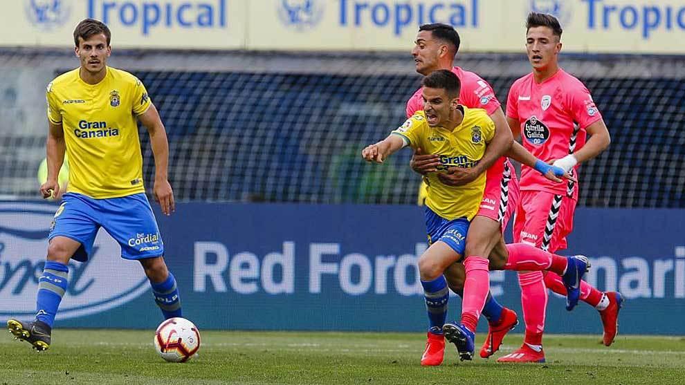 Ruiz de Galarreta es agarrado por Cristian Herrera en el partido ante...