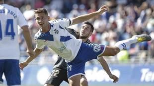 Jorge Sáenz se adelanta a Joselu en el partido ante el Oviedo de este...