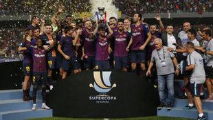 Leo Messi levanta el título de la Supercopa de España de la pasada...