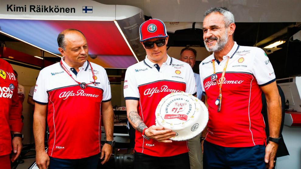 Kimi Raikkonen es agasajado por sus 300 Grandes Premios.