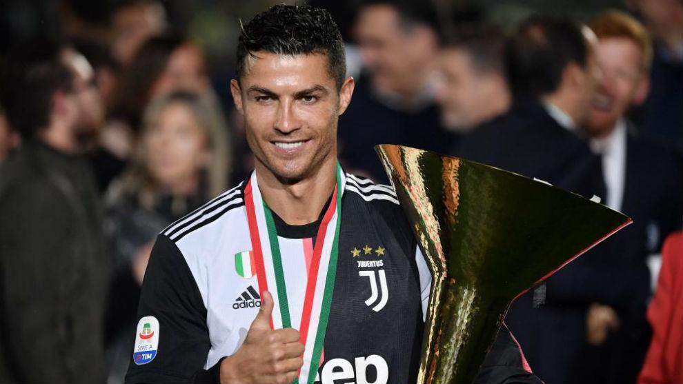 Cristiano, con la Copa de campeón de la Serie A con la Juventus.