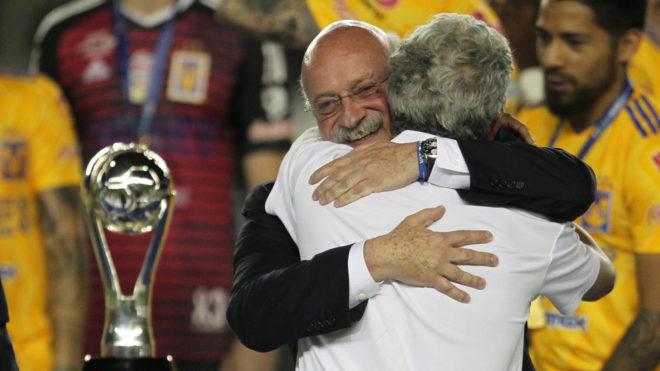 El Tuca se abraza con Enrique Bonilla.