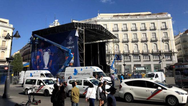 Trabajos de instalación de la 'fan zone' en la Puerta del Sol.