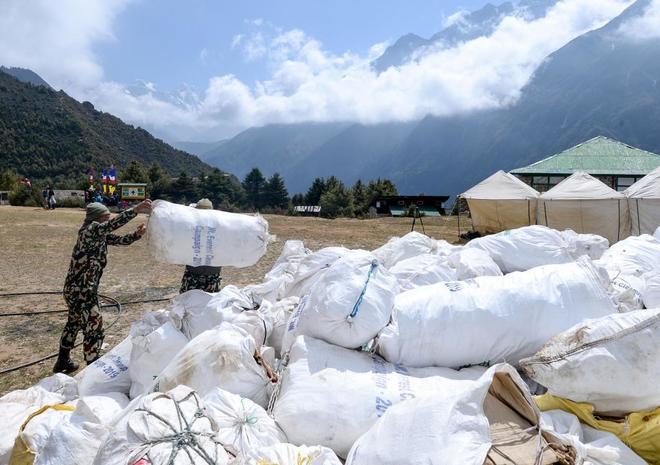 Las bolas con los desperdicios recogidos en el Everest.