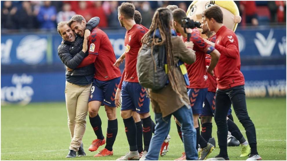 Arrasate y Xisco se abrazan tras ganar un partido