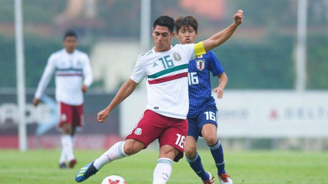 Roberto en un partido con el Tri juvenil.