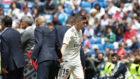 Valverde saluda a Zidane tras ser cambiado en el último partido de...