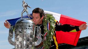 Pagenaud, besando el trofeo Borg-Warner