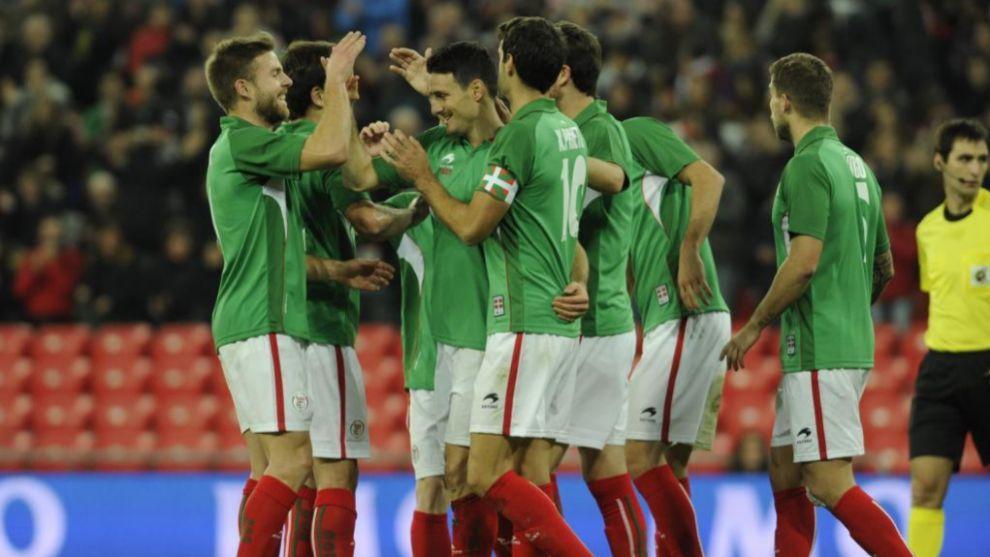 Los jugadores de Euskadi celebran un gol de Aduriz