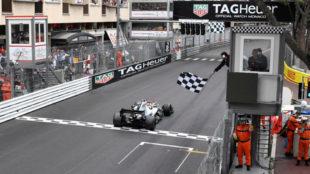 Hamilton, logrando la sexta victoria en seis carreras en Mónaco.