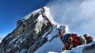 Un reguero de montañeros intenta el acceso a la cumbre del Everest