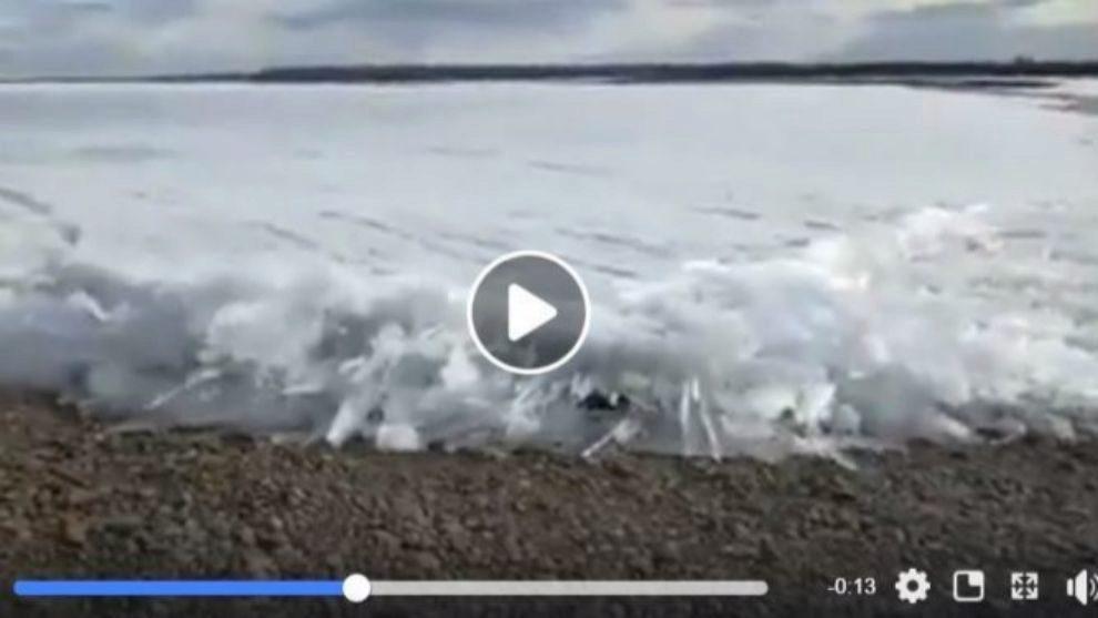Imagen impactante de la masa de hielo que arrastra hasta la orilla el...