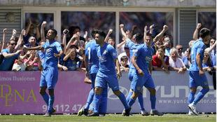 Los jugadores del Fuenlabrada celebran un gol ante el Recreativo.