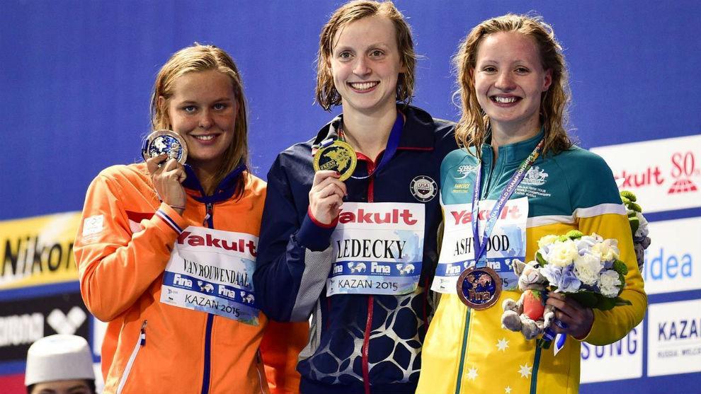 Ashwood, a la derecha, el el podio de los Mundiales 2015 junto a Katie...