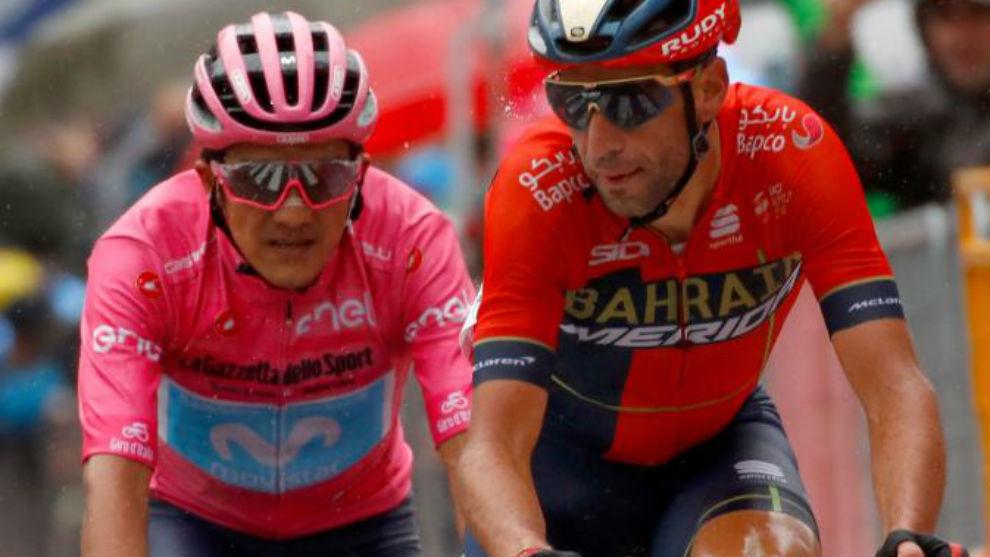 Nibali entrando en meta por delante de Carapaz.