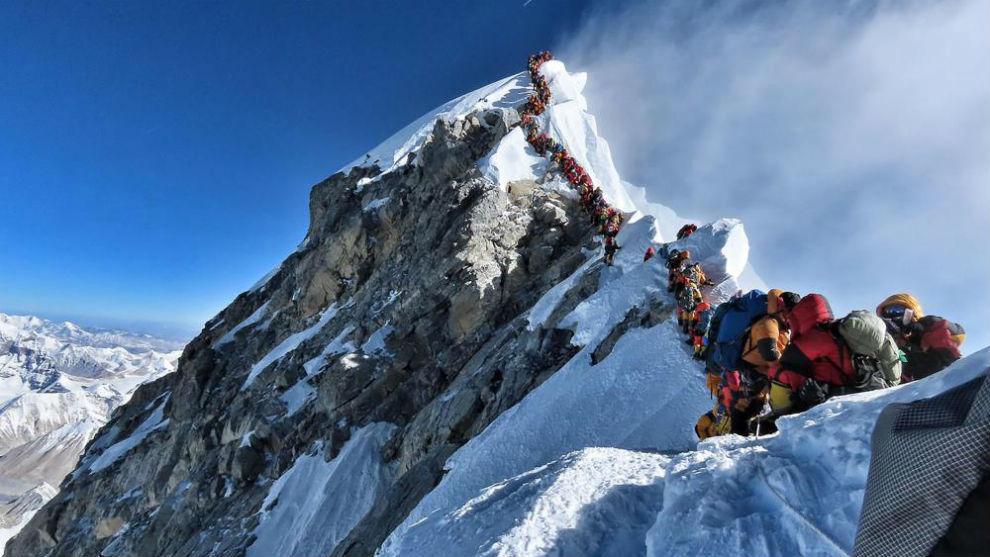 Los alpinistas haciendo cola para llegar a la cima del Everest.