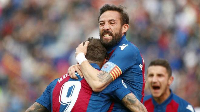 Morales y Roger celebran un gol con el Levante.