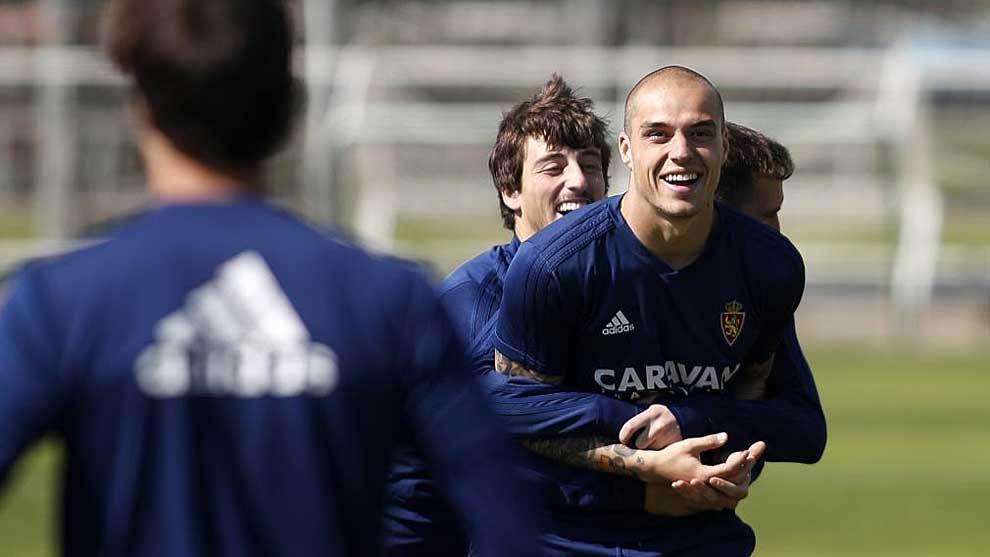 Delmás y Benito bromean con Pombo durante un entrenamiento reciente