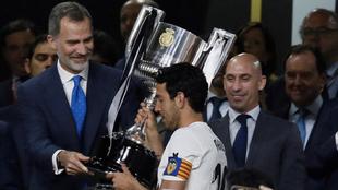 Parejo recoge la Copa del Rey en presencia del presidente de la RFEF...