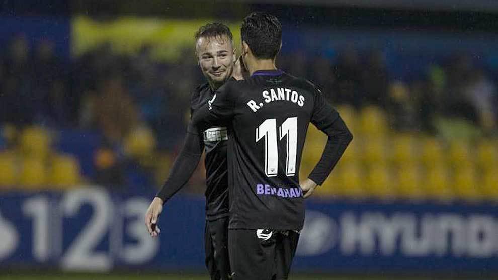 Ontiveros y Renato Santos se disponen a sacar una falta en Alcorcón