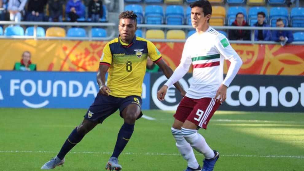 Macías disputa el balón durante el partido ante Ecuador.
