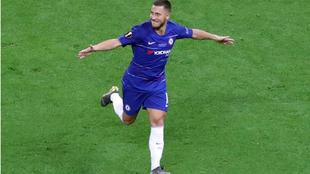 Hazard celebra uno de sus dos goles al Arsenal