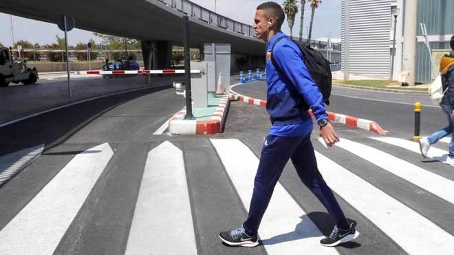Rodrigo cruza un paso de peatones en un viaje con el Valencia.