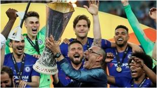 Sarri levanta la Europa League conseguida contra el Arsenal.