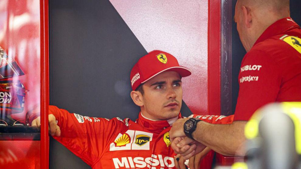 Leclerc habla con su ingeniero, tras caer eliminado en la Q1 de...