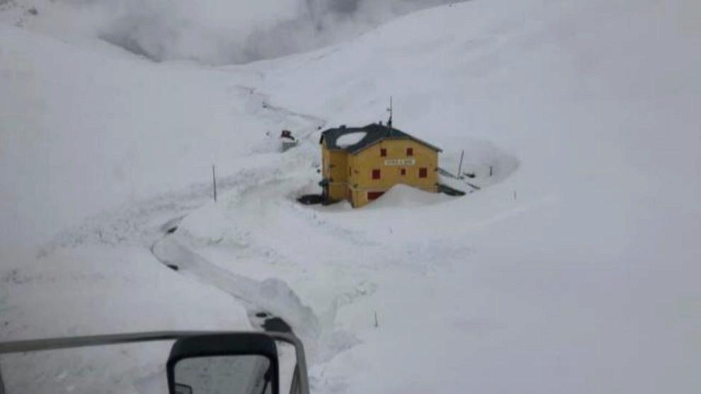 La carretera de Passo Stelvio sigue cerrada por enormes paredes de...