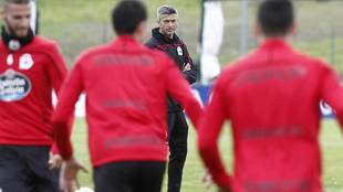 José Luis Martí observa a sus jugadores durante un entrenamiento...