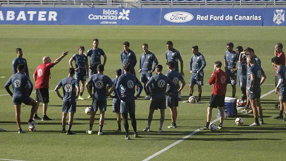 Luis César se dirige a sus jugadores en un entrenamiento del Tenerife