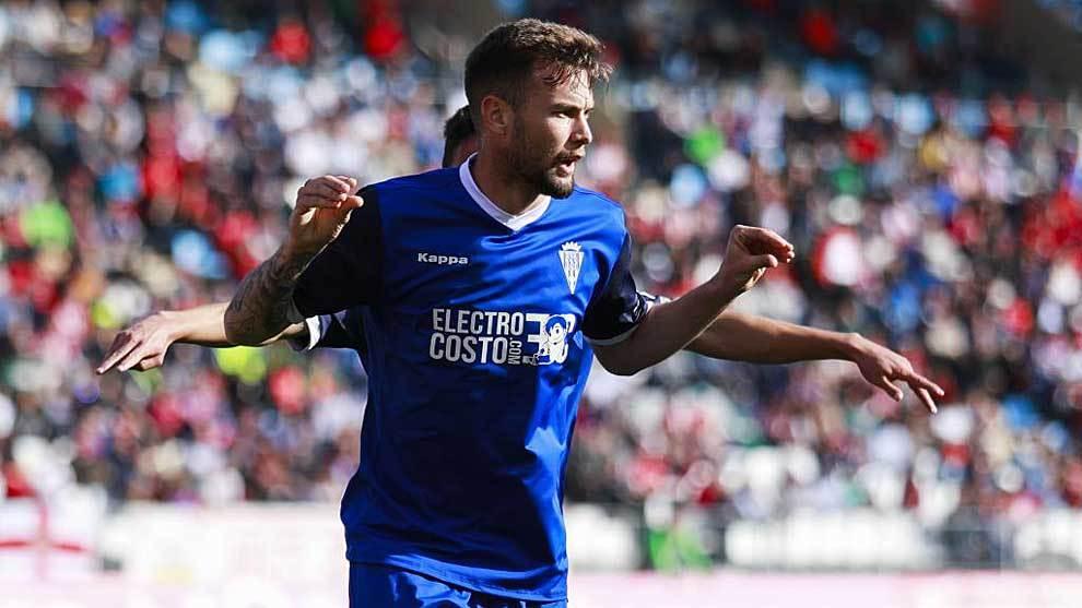 José Angel Carrillo celebra su gol con el equipo califal en Almería