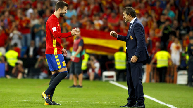 Gerard Pique and Julen Lopetegui celebrate a win with Spain.