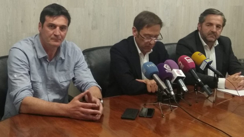 El técnico Mariano Ortega junto al presidente y vicepresidente del...