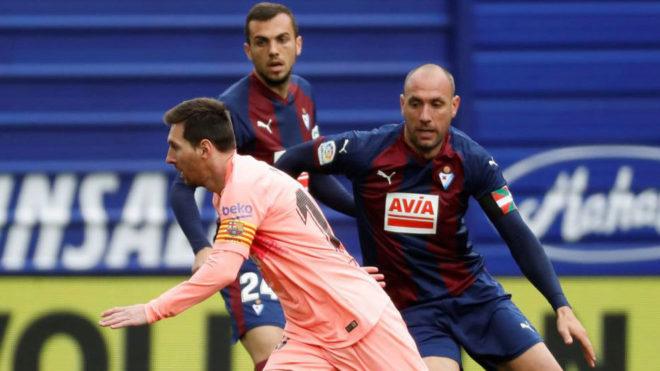 Ramis persigue a Messi.