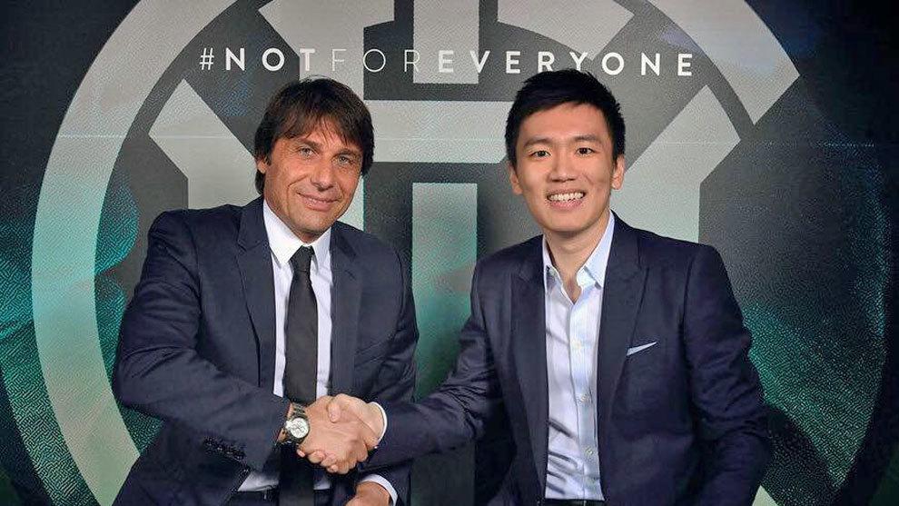 Conte posa con Steven Zhang, presidente del Inter
